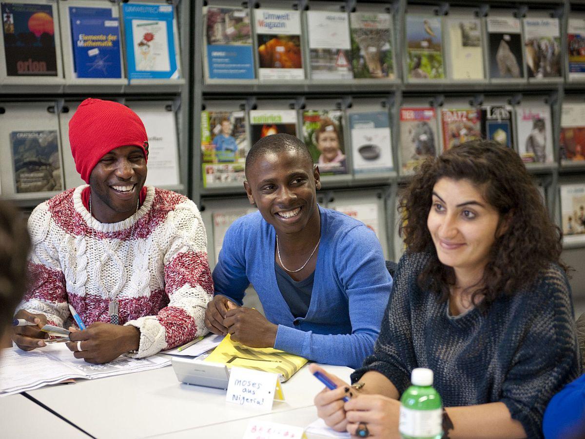 Leute mit Migrationshintergrund sprechen miteinander