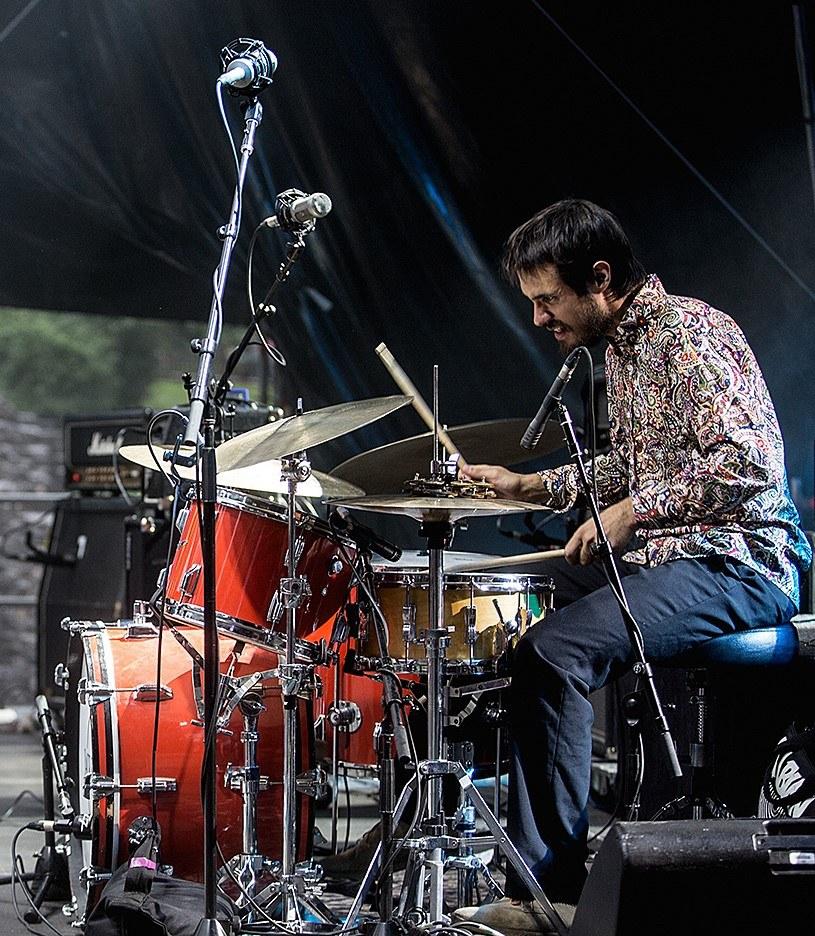Der Musiker Adrian Böckli spielt Schlagzeug.