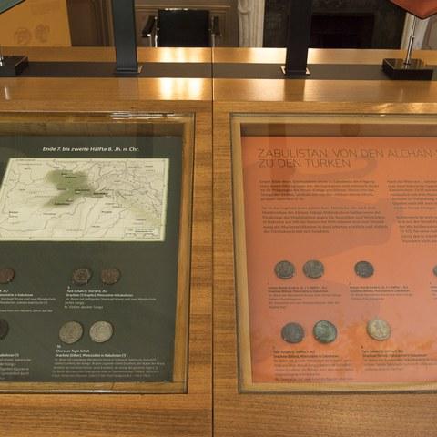 Münzen der Nezak und nachhunnische Münzen. Vergrösserte Ansicht