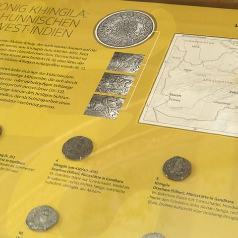 Münzen der Alchan. Vergrösserte Ansicht