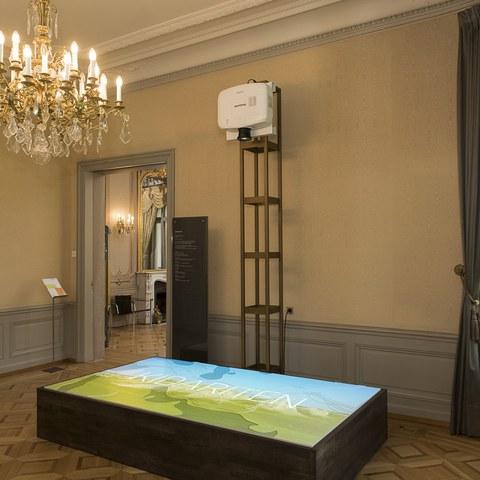 Projektion im vorderen Ausstellungsraum. Vergrösserte Ansicht