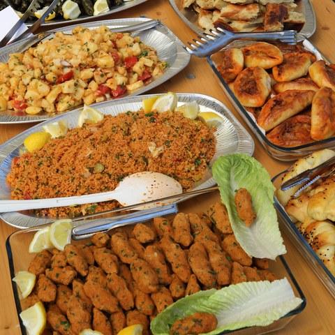 Buffet mit kulinarischen Köstlichkeiten des alevitischen Vereins. Vergrösserte Ansicht