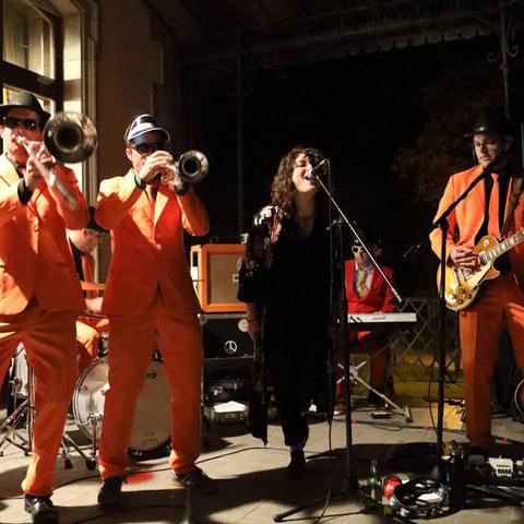 Bonnie Blues & the Booze Brothers: Konzert auf der Terrasse. Vergrösserte Ansicht