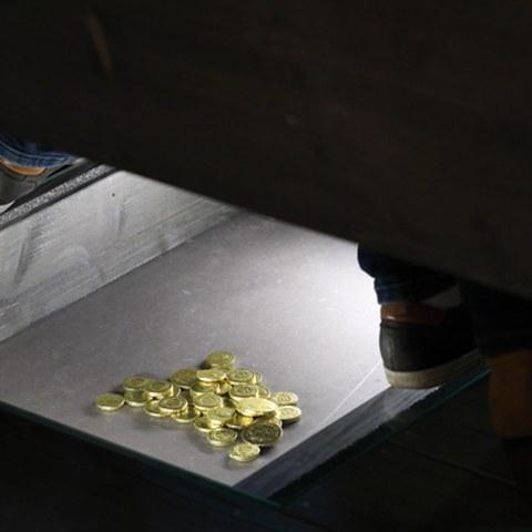 Münzen im Boden. Vergrösserte Ansicht