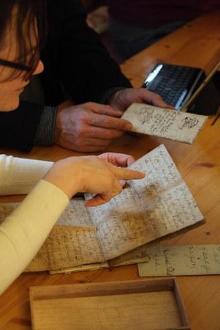 Alte Handschrift in der Hand einer Expertin