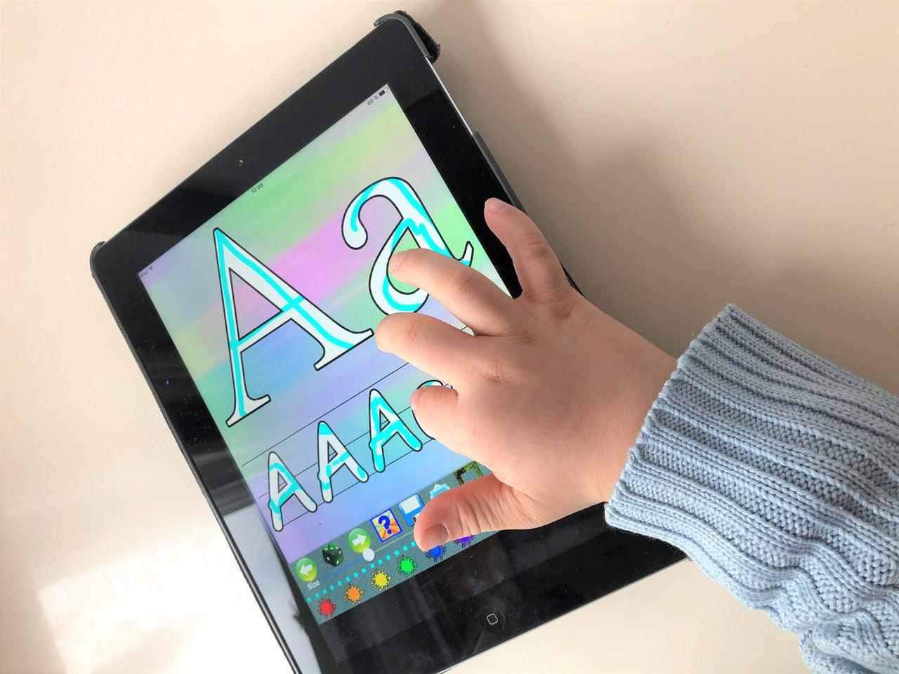 Kind am iPad