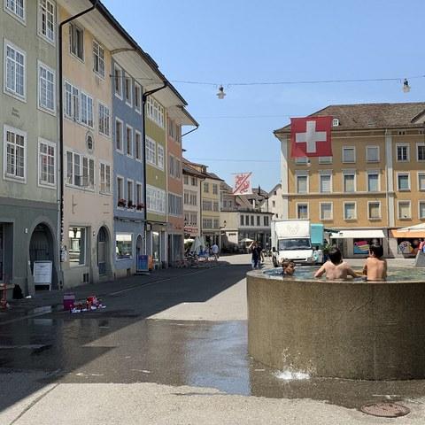 Brunnen in der Altstadt - willkommene Abkühlungsmöglichkeit in der Sommerhitze. (Foto: Irene Küpfer). Vergrösserte Ansicht